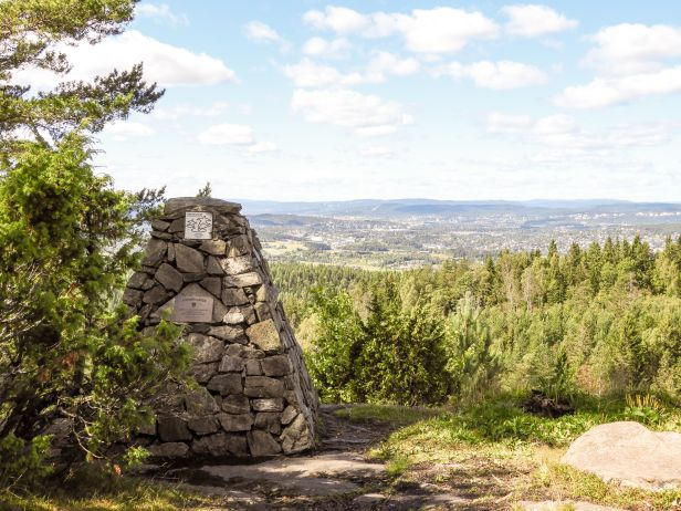 Utsikt fra Bjønnåsen med tusenårsvarden - Oslomarka - Østmarka - Fantastiske marka
