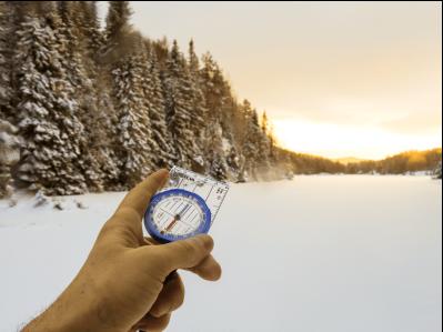 Bilde av kompass med skogen i bakgrunnen - Oslomarka - Nordmarka - Fantastiske marka