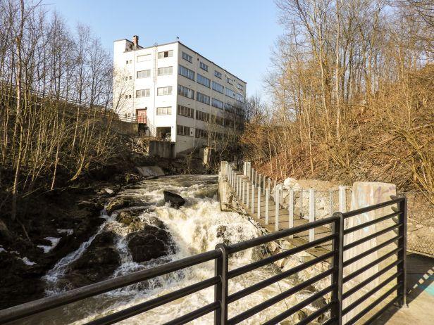 Hengebro langs Nygårdsfossen - Alnaelva - Fantastiske marka