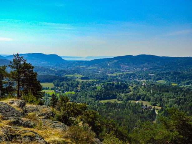 Utsikt over Lommedalen fra Kolletuppen med Kolsåstoppene i bakgrunnen - Oslomarka - Krokskogen - Fantastiske marka