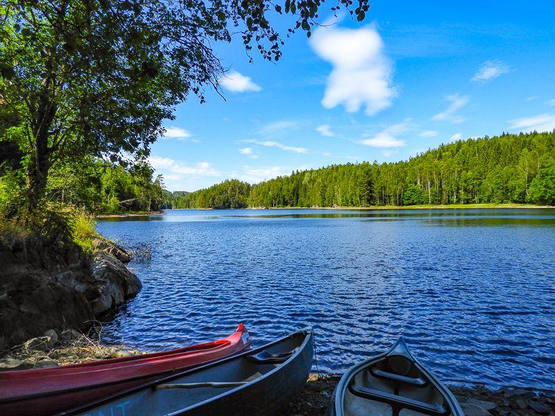 Kanoer ligger klare ved Røyrivannet - Oslomarka - Østmarka - Fantastiske marka