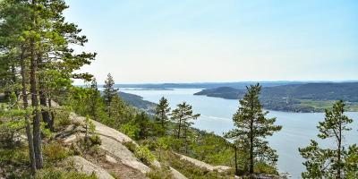Utsikt over Drammensfjorden fra utsiktspunktet på Knivsfjellet på Hurumlandet - Fantastiske marka